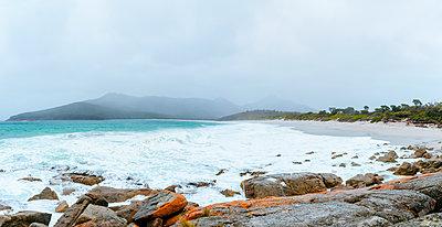 Australia, Tasmania, Freycinet National Park, Wineglass Bay on foggy day - p300m2081018 von Kiko Jimenez
