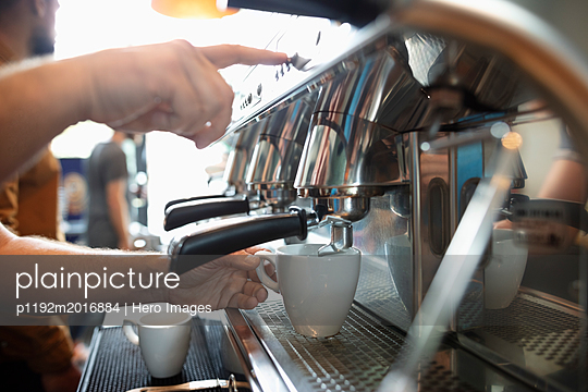 Close up barista using espresso machine - p1192m2016884 by Hero Images