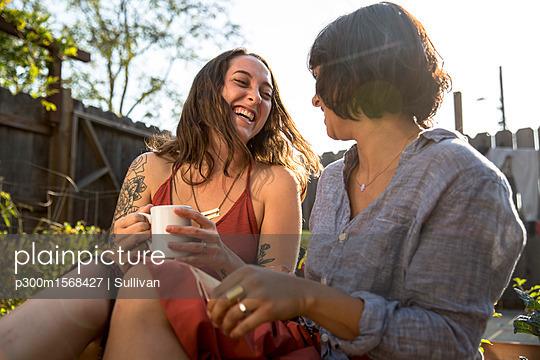 plainpicture - plainpicture p300m1568427 - Two happy young women talki... - plainpicture/Westend61/Sullivan