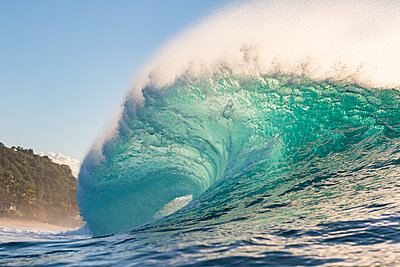 pipeline waves at the north shore in Hawaii - p1166m2151954 by Cavan Images