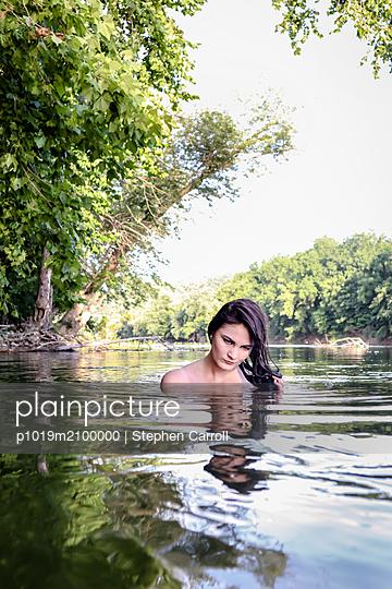 Frau im Fluss - p1019m2100000 von Stephen Carroll