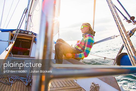 Frau auf einem Segelboot im Sonnenuntergang, Istrien, Kroatien - p1316m1160861 von Julian Bückers