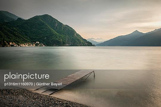 Blick über Villa Monastero und Comer See, Varenna, Lago di Como, Lombardei, Italien, Europa, Langzeitbelichtung - p1316m1160970 von Günther Bayerl
