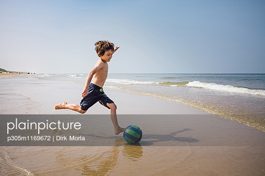 Strandfußball - p305m1169672 von Dirk Morla