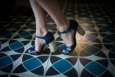 The blues shoes - p1297m1159515 by Nathalie Seroux