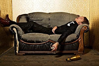 Besoffen auf dem Sofa liegen - p6710041 von Thomas Marek