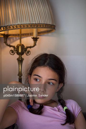 Mädchen denkt nach - p045m1588887 von Jasmin Sander