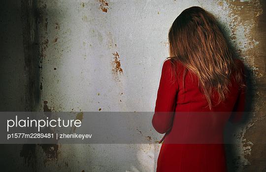 Verängstigte Frau an einer Wand - p1577m2289481 von zhenikeyev