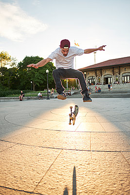 Skateboard enthusiast doing 360 flip while skateboarding in park, Montreal, Quebec, Canada - p1362m1530061 by Charles Knox