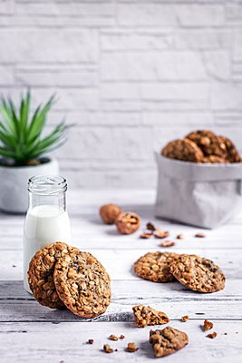 Oatmeal teff cookies with walnuts and cocoa nibs - p1392m2057774 by Federica Di Marcello