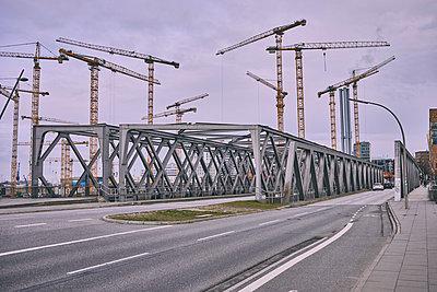 Port city Hamburg, construction site, cranes - p1573m2269916 by Christian Bendel