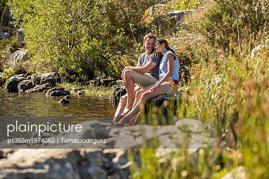 Paar entspannt am See - p1355m1574062 von Tomasrodriguez