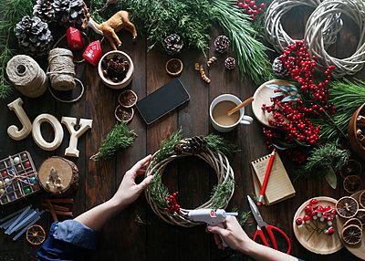 Woman using glue gun for decorating Advent wreath, partial view - p300m1192101 by Retales Botijero
