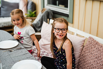 Girls having meal outside - p312m2139661 by Anna Johnsson