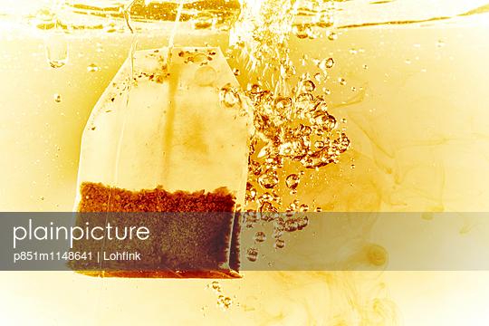 Teebeutel in kochendem Wasser - p851m1148641 von Lohfink