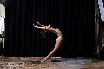 Ballerina - p1139m2211185 by Julien Benhamou