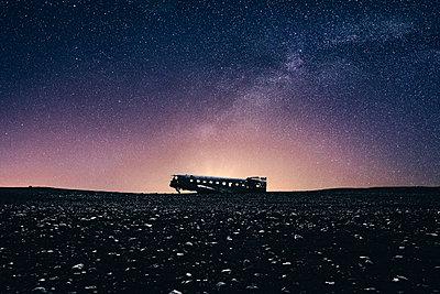 Das Flugzeugwrack bei Nacht - p1549m2125433 von Sam Green