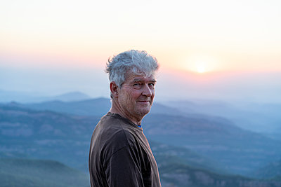 Spain, Catalonia, Man looking at sunset in the mountains - p300m2012331 von VITTA GALLERY