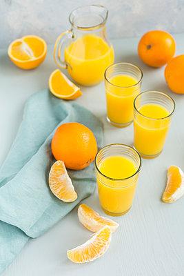 Glasses of freshly squeezed orange juice and oranges - p300m2029728 by JLPfeifer