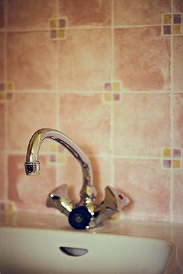 Wasserhahn vor Retro-Fliesen - p900m1515155 von Michael Moser