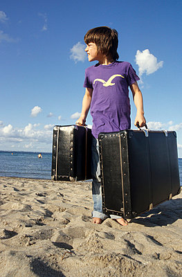Boy standing on the beach - p0452150 by Jasmin Sander