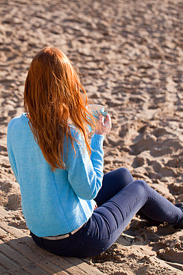 Kaffee am Strand in der Sonne genießen - p045m2055479 von Jasmin Sander