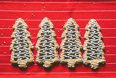 Christmas tree shaped Christmas cookies arranged in a row - p301m2039638 by Alexandra C. Ribeiro