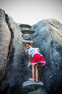 Mädchen klettert - p680m1511631 von Stella Mai