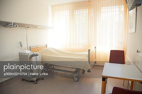 Germany, Freiburg, Empty hospital room - p300m2213704 by Heinz Linke