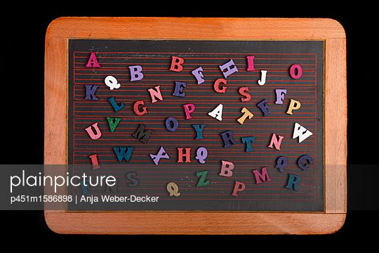 Holzbuchstaben auf Schieferntafel - p451m1586898 von Anja Weber-Decker
