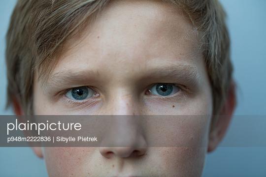 Portrait of a boy with light blue eyes - p948m2222836 by Sibylle Pietrek