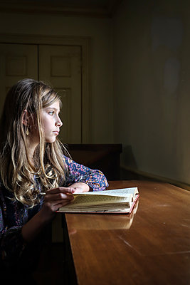 Girl with book, portrait - p1019m2142889 by Stephen Carroll