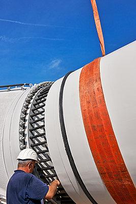 Aufbau eines Windrades im Hamburger Hafen - p1099m1526248 von Sabine Vielmo