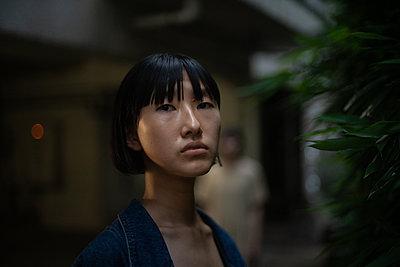 Porträt einer jungen asiatischen Frau - p1321m2223381 von Gordon Spooner