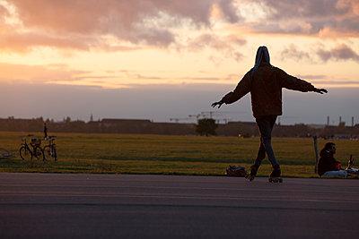 Tänzer auf Rollschuhen vor Abendhimmel - p1650m2231835 von Hanna Sachau