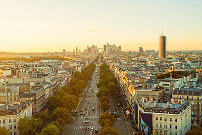 France, Paris, view to the city with La Defense in the background - p300m1580906 by A. Tamboly