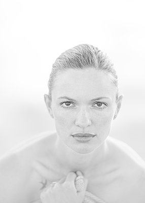 Young woman with tattoo, portrait - p552m2278513 by Leander Hopf