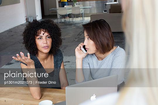 Angeregtes Brainstorming von drei jungen, modernen Kolleginnen  - p1301m2021073 von Delia Baum