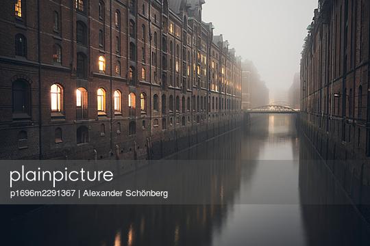 Speicherstadt am Abend - p1696m2291367 von Alexander Schönberg