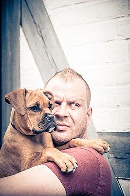 Mann mit Boxerwelpe - p299m1138424 von Silke Heyer