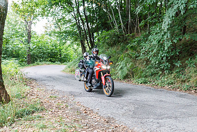 Father and son on a motorbike trip on a country road - p300m2060064 by Francesco Buttitta