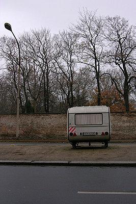 Wohnwagen in Prenzlauer Berg, geparkt auf dem Mittelstreifen einer Strasse - p627m1035900 von Christian Reister