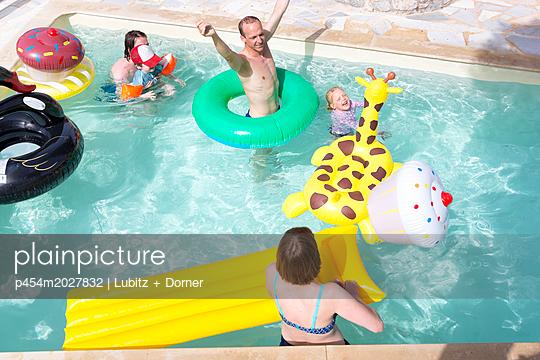 Spaß im Pool - p454m2027832 von Lubitz + Dorner