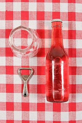 Rote Limonade, Öffner und Glas - p1650420 von Andrea Schoenrock