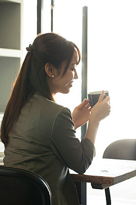 Japanese woman at a cafe - p307m2127481 by Score. by Aflo