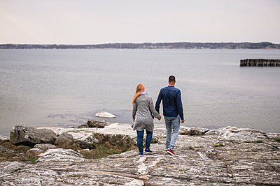 Couple at sea - p312m2139526 by Anna Johnsson