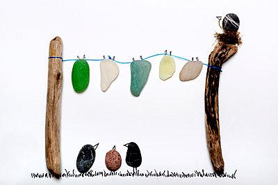 Wäscheleine mit Vögeln aus Strandgut - p451m1128947 von Anja Weber-Decker
