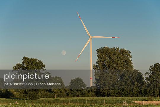 Mondaufgang im Windpark - p1079m1552938 von Ulrich Mertens