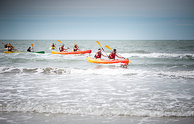People canoeing in the sea - p1007m1138092 by Tilby Vattard