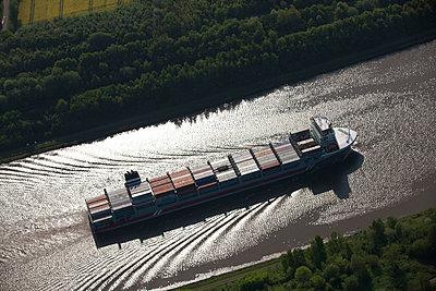 Nord-Ostsee-Kanal; Containerschiff - p1016m741992 von Jochen Knobloch